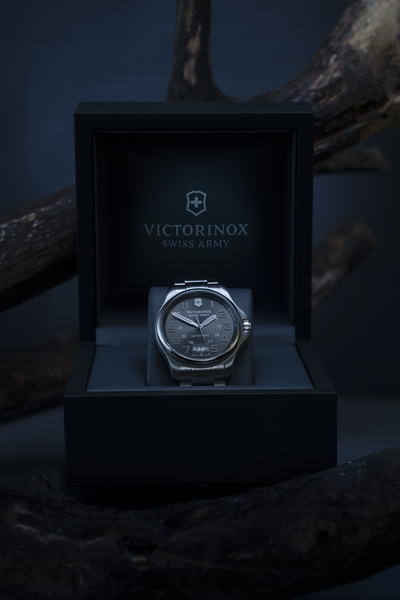 Photographe horlogerie Paris montre Victorinox